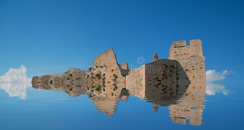 Les ruines d'un château antique de l'Italie du sud se sont reflétées dans l'eau image libre de droits