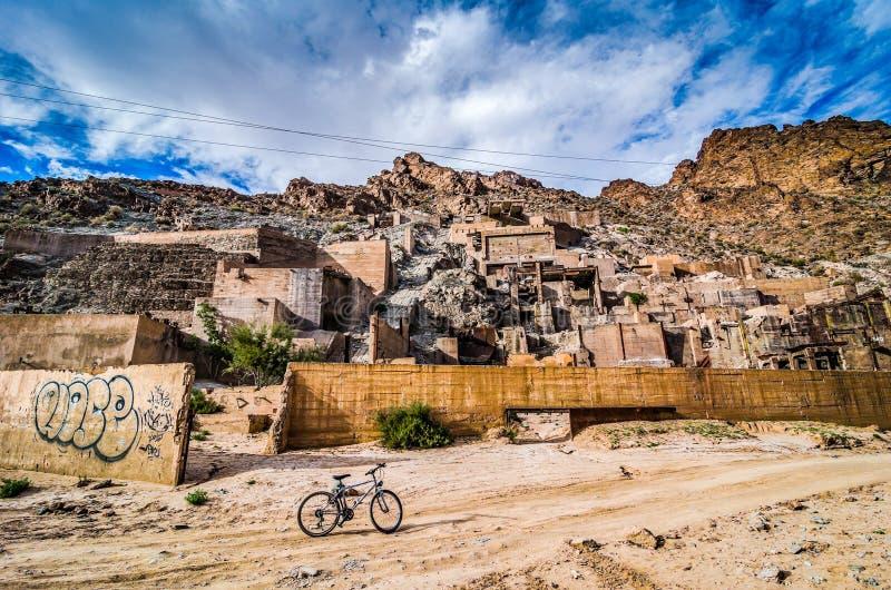 Les ruines d'une exploitation minière française restent près de Midelt, Maroc image libre de droits