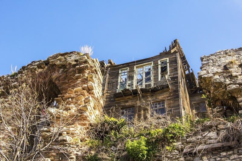 Les ruines d'une maison en bois parmi les restes des murs antiques de Constantine image stock