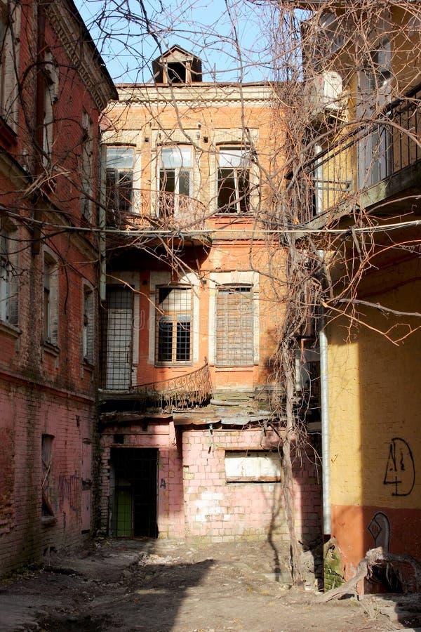 Les ruines d'une vieille maison photos stock