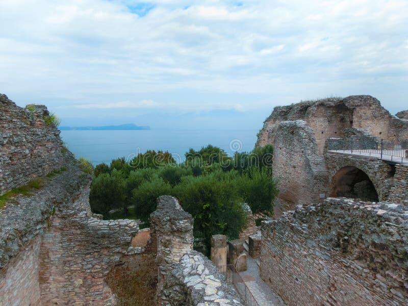 Les ruines de Catullus foudroie, la villa romaine dans Sirmione, lac garda photos libres de droits