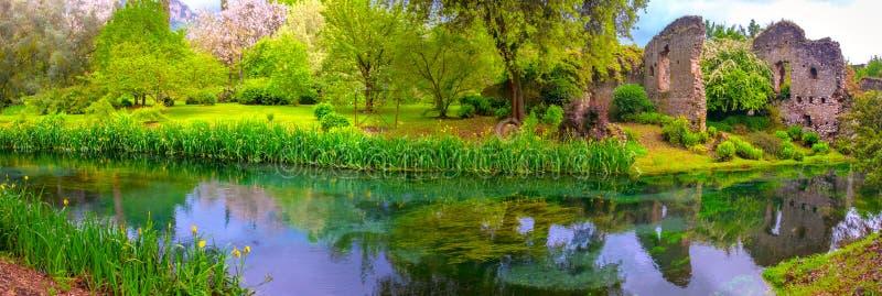 Les ruines de château enchantées par rivière rêveuse panoramique font du jardinage jardin de nymphe de conte de fées image libre de droits
