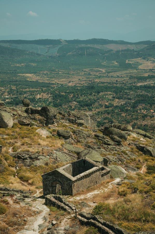 Les ruines de l'église de São Miguel font Castelo près de Monsanto photo stock