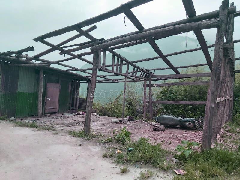 Les ruines de l'atelier, qui est aujourd'hui abondée là où il n'y a que des clôtures sans toit sur le chemin image libre de droits