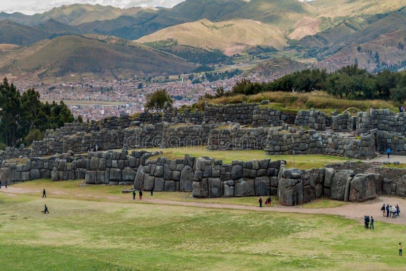 Les ruines de l'Inca de visite de touristes de Sacsaywaman près de Cuzco images libres de droits