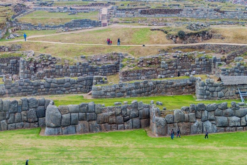 Les ruines de l'Inca de visite de touristes de Sacsaywaman près de Cuzco images stock