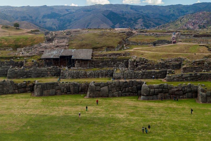 Les ruines de l'Inca de visite de touristes de Sacsaywaman près de Cuzco photo libre de droits