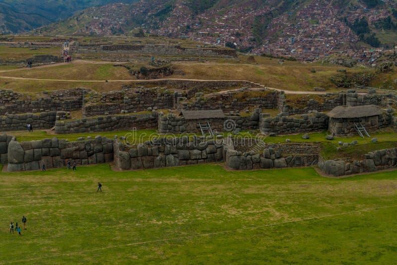 Les ruines de l'Inca de visite de touristes de Sacsaywaman près de Cuzco photos libres de droits