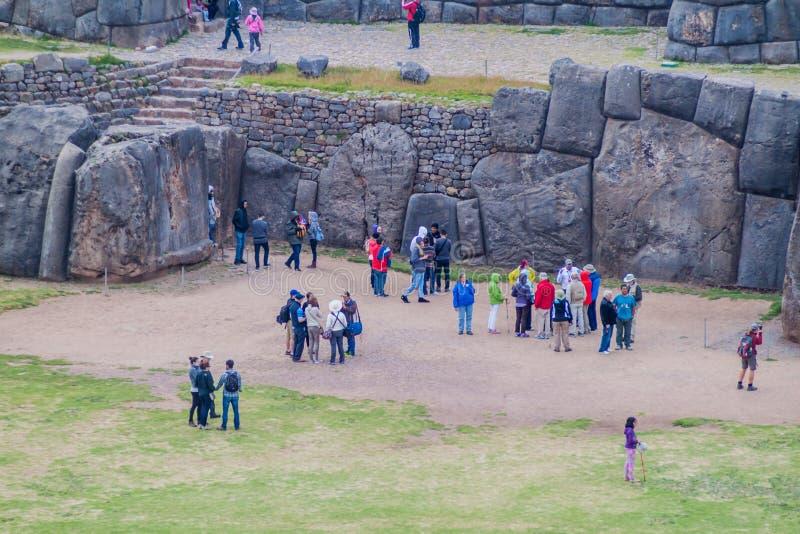 Les ruines de l'Inca de visite de touristes de Sacsaywaman près de Cuzco image libre de droits