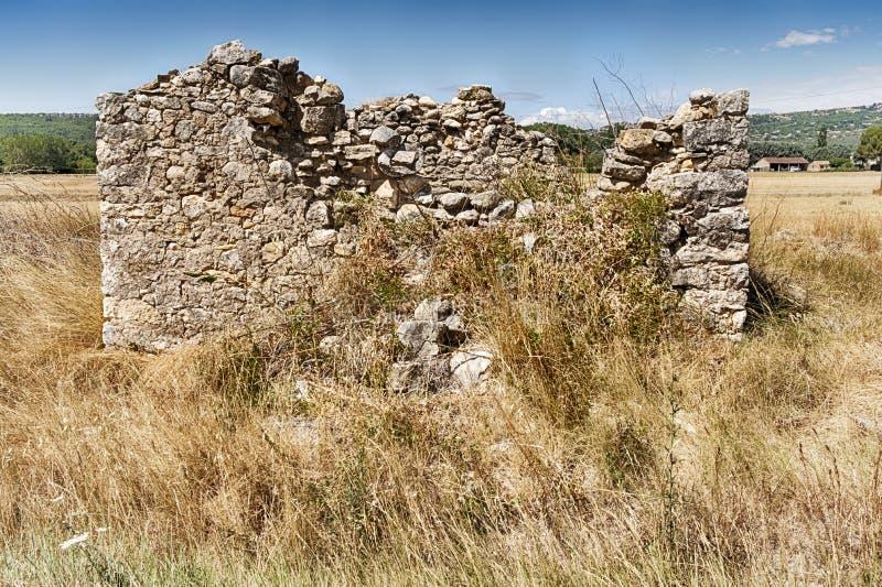 Les Ruines De La Barne De Pierre Dans Un Champ image libre de droits