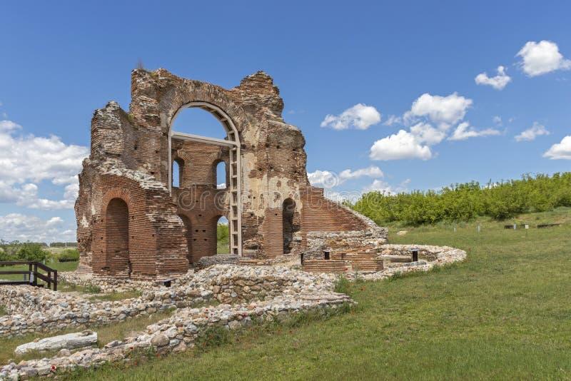 Les ruines de la basilique chrétienne bizantine tôt savent comme église rouge près de la ville de Perushtitsa, Bulgarie photos libres de droits