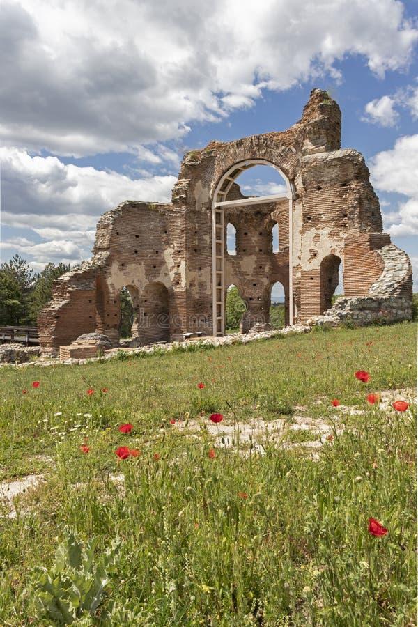 Les ruines de la basilique chrétienne bizantine tôt savent comme église rouge près de la ville de Perushtitsa, Bulgarie photo libre de droits