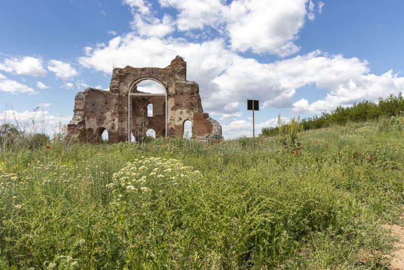 Les ruines de la basilique chrétienne bizantine tôt savent comme église rouge près de la ville de Perushtitsa, Bulgarie photographie stock libre de droits