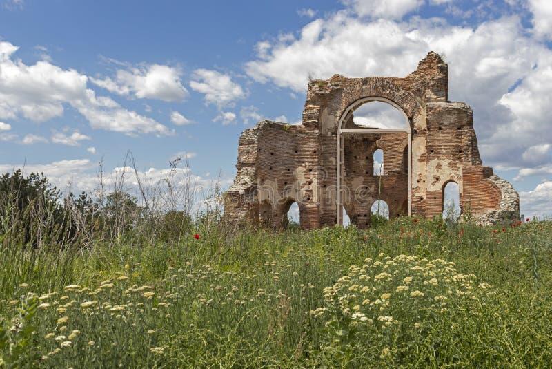 Les ruines de la basilique chrétienne bizantine tôt savent comme église rouge près de la ville de Perushtitsa, Bulgarie images stock