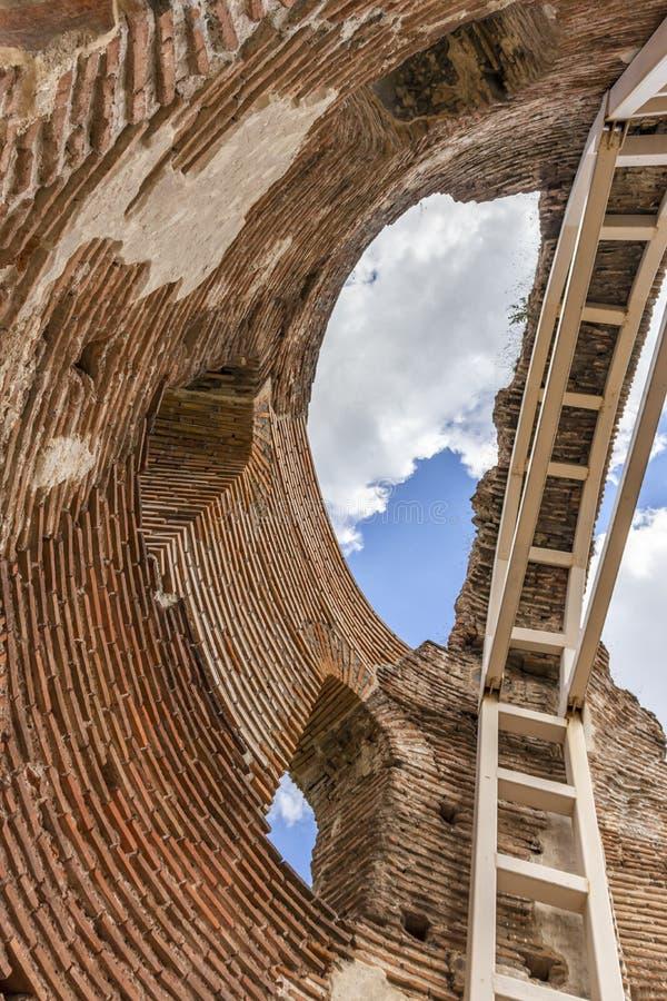 Les ruines de la basilique chrétienne bizantine tôt savent comme église rouge près de la ville de Perushtitsa, Bulgarie photographie stock