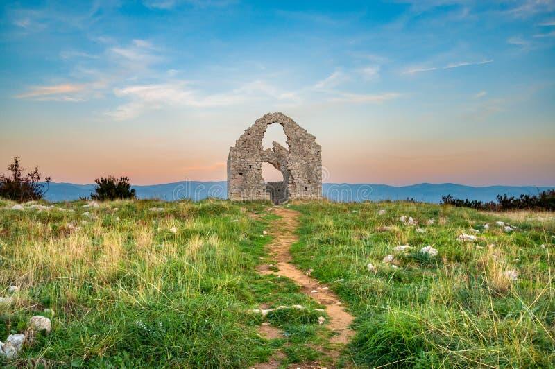 Les ruines de la chapelle du ` s de St Mark Sveti Marek au crépuscule image stock