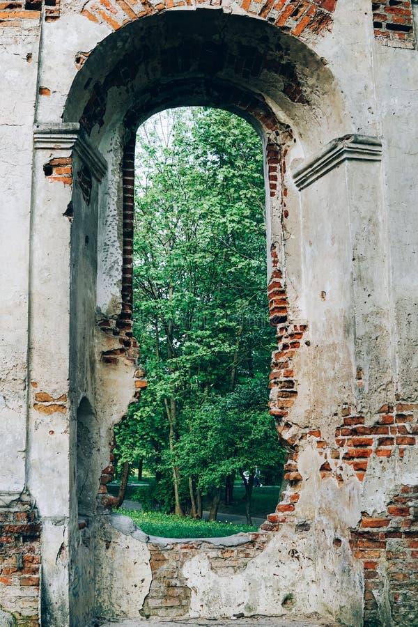 Les ruines de la chapelle du siècle XXII photo libre de droits