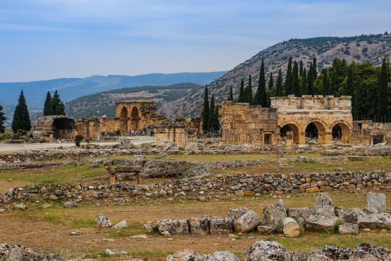 Les ruines de la ville antique antique de Hierapolis avec des colonnes, des portes et des tombes dans Pamukalle photos libres de droits