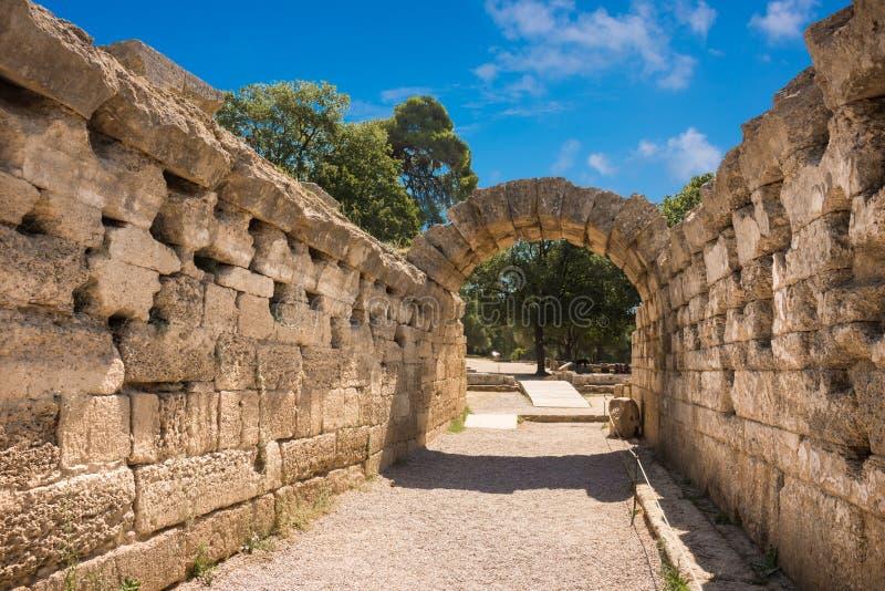Les ruines de la ville du grec ancien d'Olympia, enterance au Stade Olympique photographie stock libre de droits