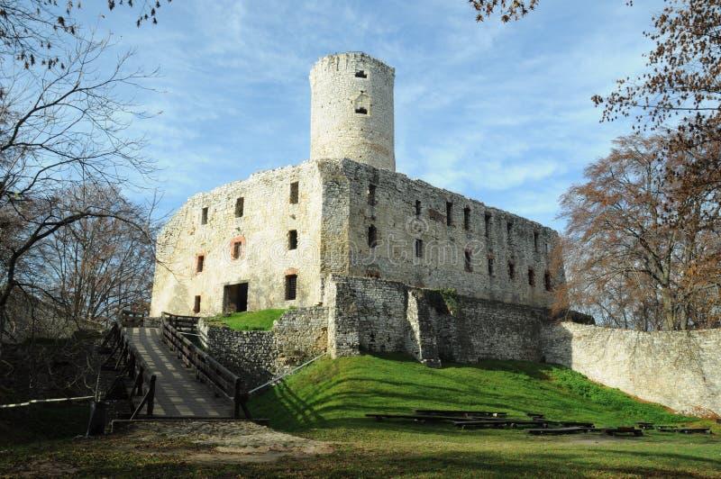 Les ruines des évêques du ³ W de Krakà se retranchent dans Jura polonais images stock