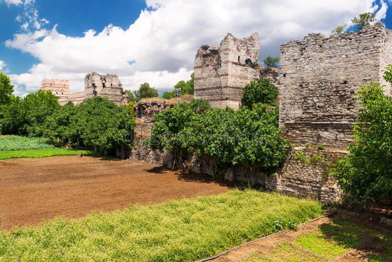Les ruines des murs antiques célèbres de Constantinople à Istanbul images libres de droits