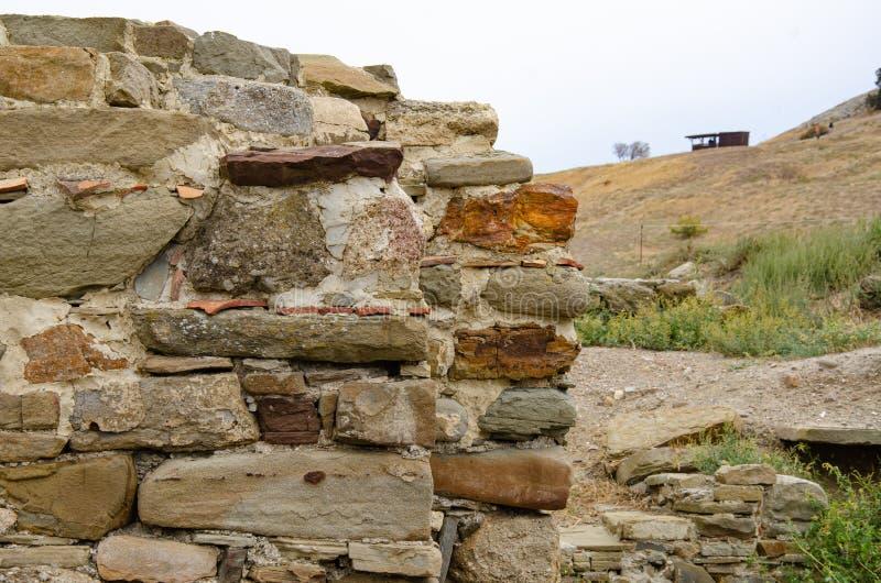 Les ruines des murs d'une ancienne forteresse Archéologie et fouilles Voyager en Europe photos libres de droits