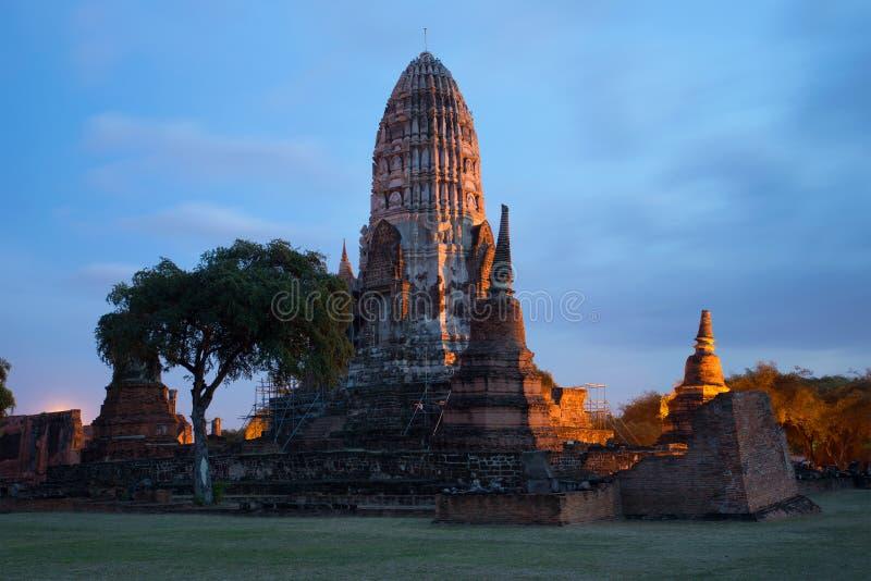 Download Les Ruines Du Temple Bouddhiste Antique De Wat Ratchaburana Au Crépuscule De Soirée Ayutthaya, Thaïlande Image stock - Image du asie, soirée: 87706381