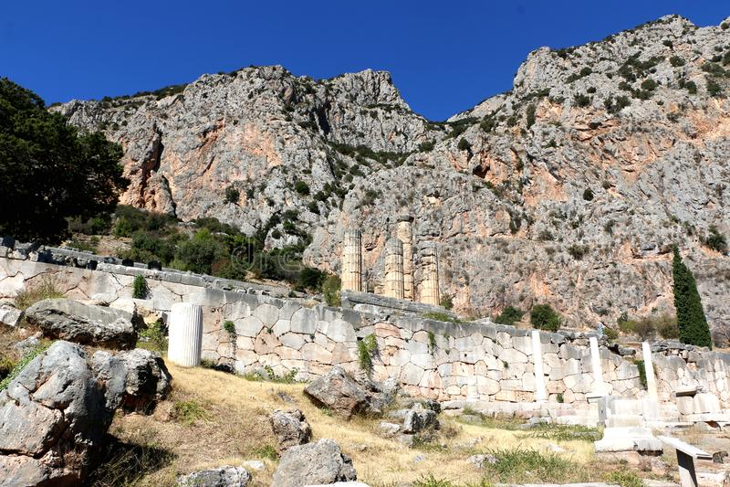 Les ruines du temple d'Apollo dans le site archéologique de Delphes en Grèce On a pensé que Delphes est le centre de la terre images libres de droits