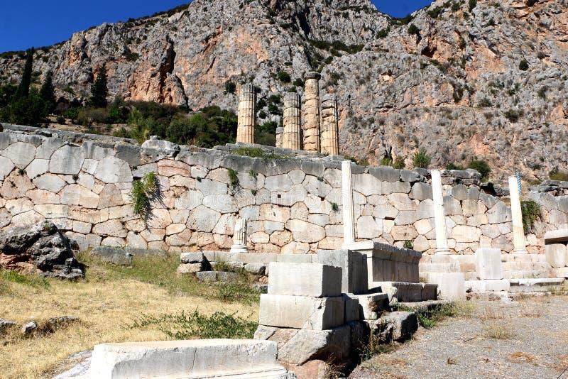 Les ruines du temple d'Apollo dans le site archéologique de Delphes en Grèce On a pensé que Delphes est le centre de la terre images stock