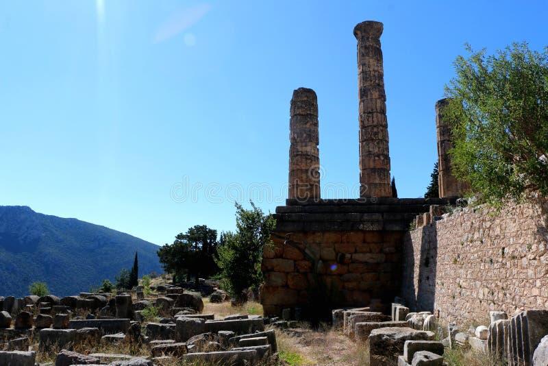 Les ruines du temple d'Apollo dans le site archéologique de Delphes en Grèce On a pensé que Delphes est le centre de la terre photographie stock libre de droits