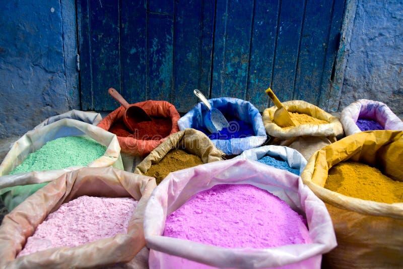 Les sacs colorés des colorants chefchaouen dedans le Maroc photographie stock libre de droits
