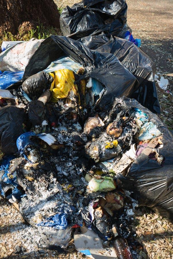 Les sacs de déchets brûlés ont déchiré ouvert image libre de droits