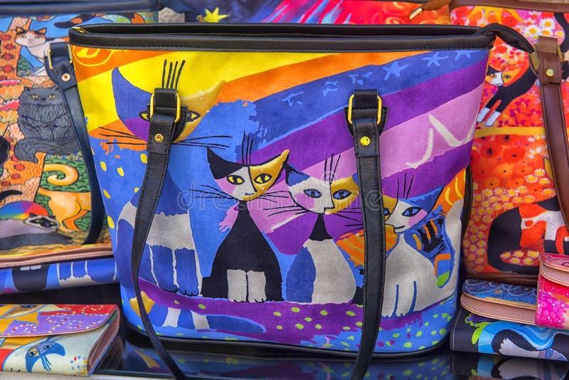 Les sacs des femmes avec des chats dans une rue stockent un des symboles de photos stock