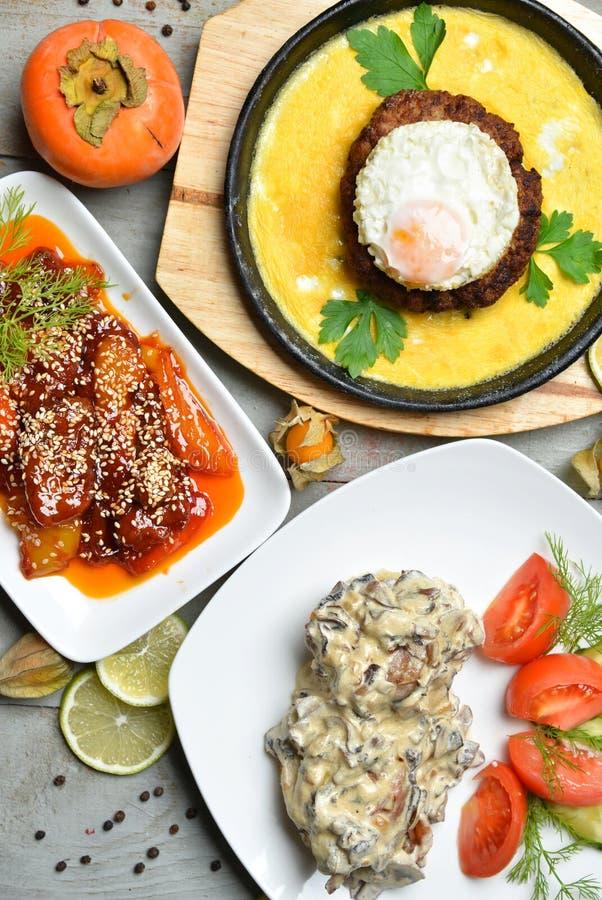 Les salades de dîner de viande grillent tout entier des oeufs de poulet et de boeuf photo libre de droits