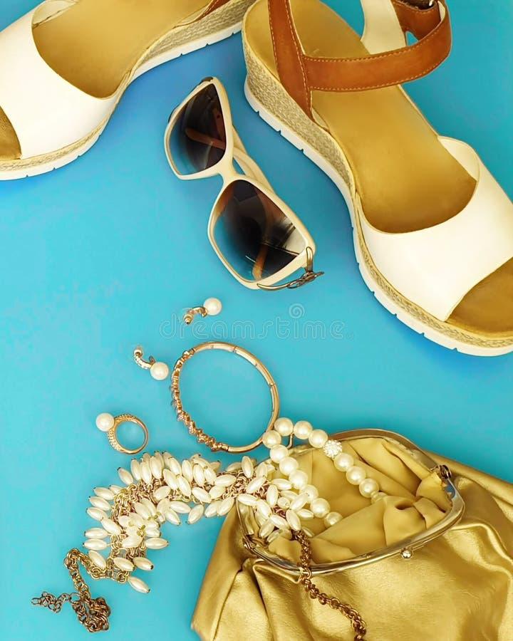 Les sandales blanches de femmes façonnent aux sandales blanches Ring Earring d'été d'accessoires l'arc rouge de chapeau de sac à  photos stock