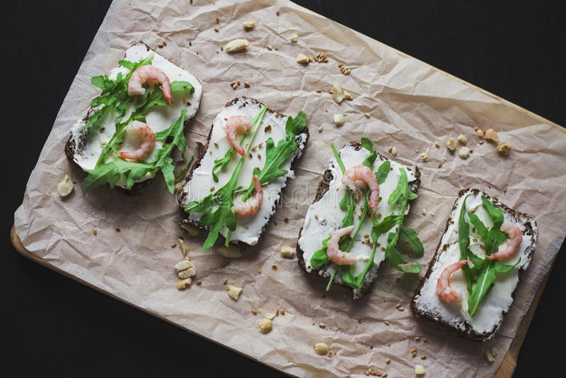 Les sandwichs sur le pain de grain avec du fromage et la crevette de ricotta image stock