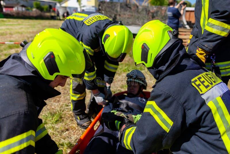 Les sapeurs-pompiers allemands forment un transport patient images stock