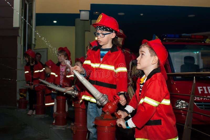 Les sapeurs-pompiers du ` s d'enfants images stock