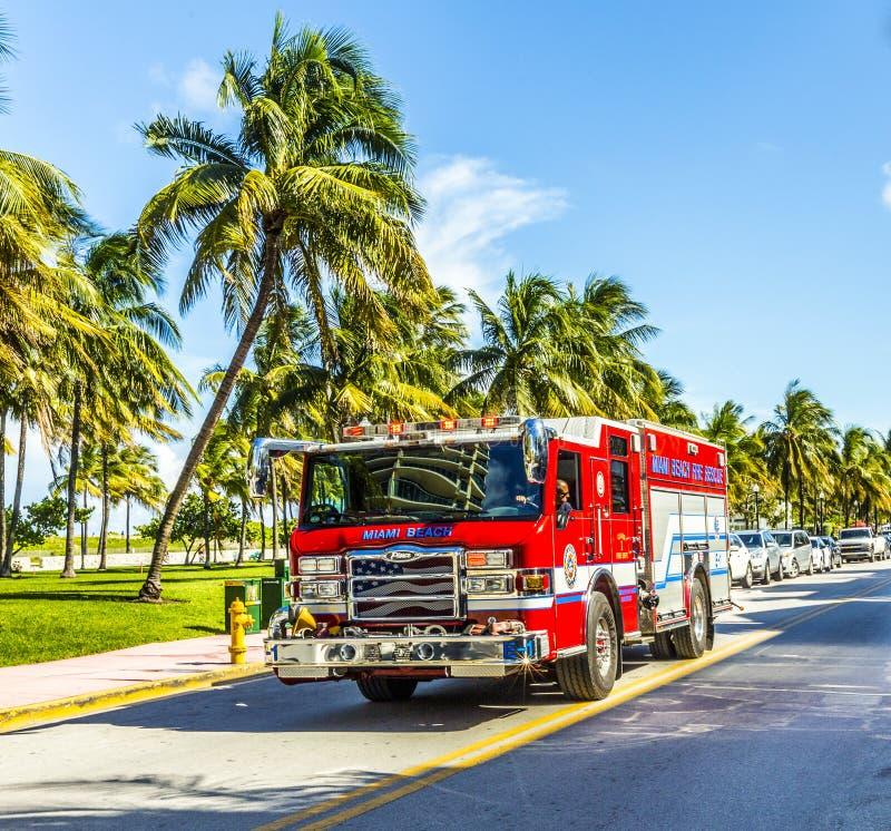 Les sapeurs-pompiers en service en plage du sud à Miami images libres de droits
