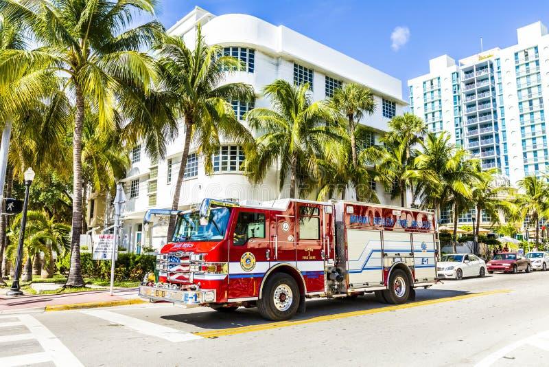 Les sapeurs-pompiers en service en plage du sud à Miami photos libres de droits