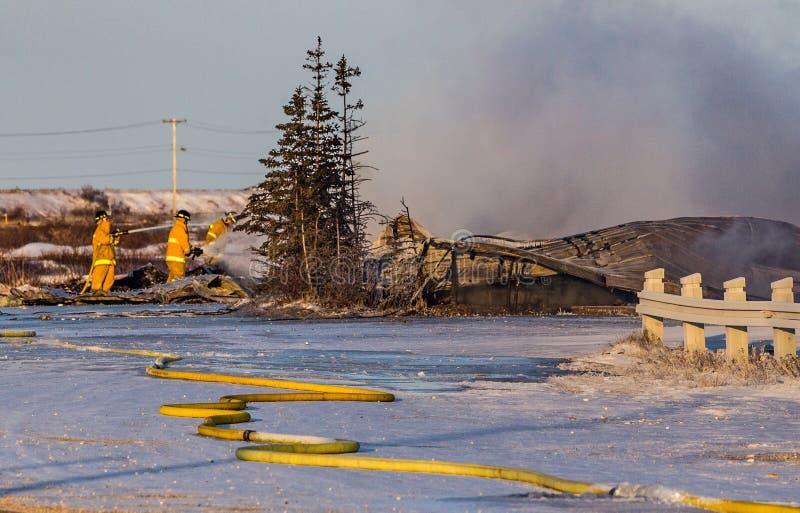 Les sapeurs-pompiers ont éteint de derniers restes d'un Churchill, Canada, le feu d'hôtel image stock
