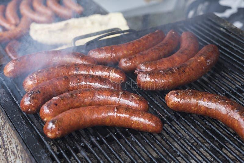 Les saucisses faites maison ont rôti dans le barbecue et en huile photo libre de droits