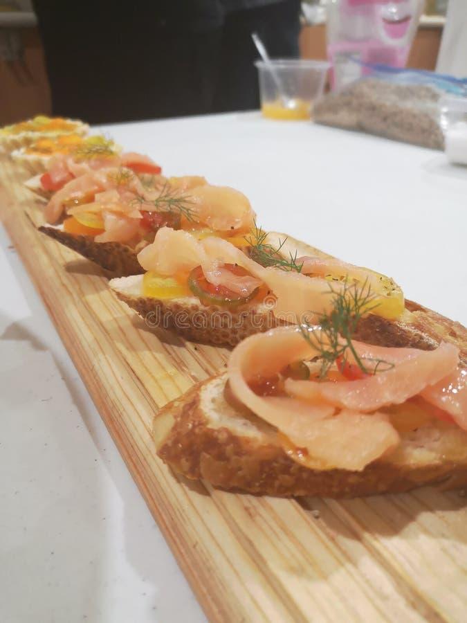 Les saumons amusent le bouche photos libres de droits