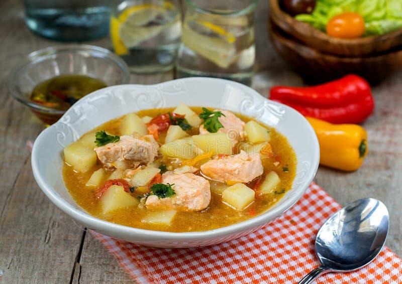 Les saumons de poissons de pot de thon de Marmitako cuisent avec des pommes de terre photos libres de droits