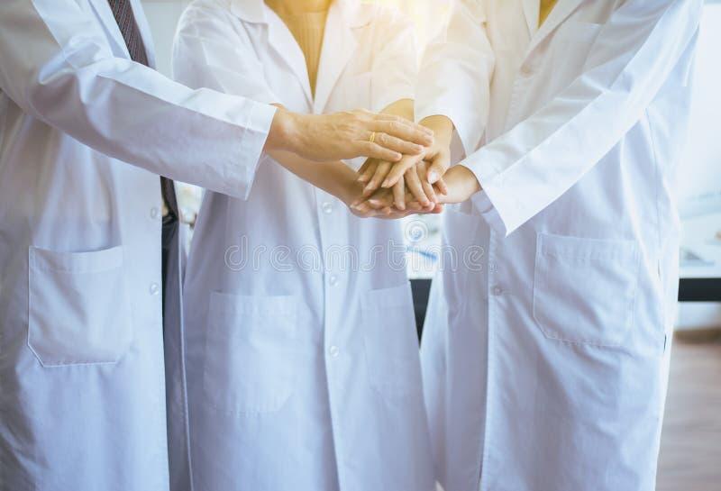 Les scientifiques coordonnent les mains, groupe de travail d'?quipe de personnes de diversit? dans le laboratoire, le travail r?u image stock