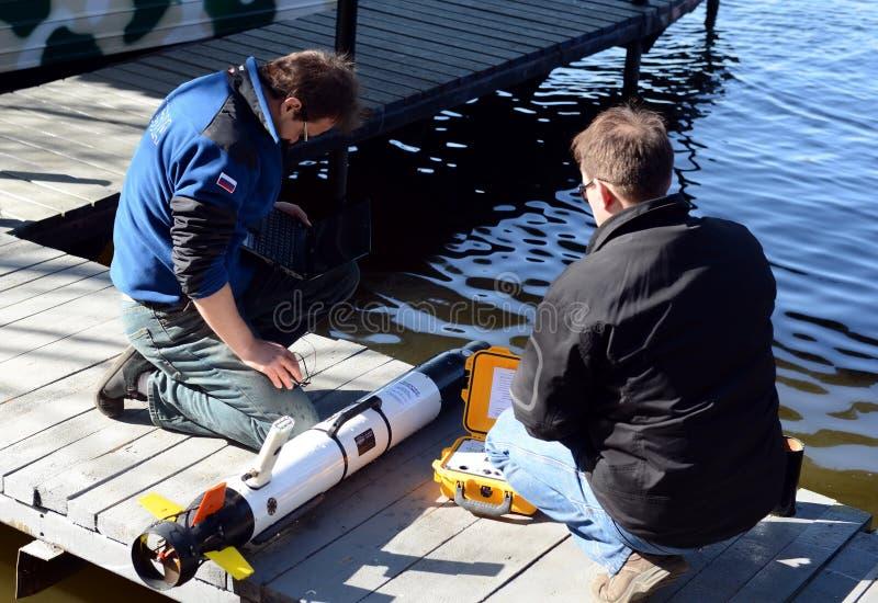 Les scientifiques marins lancent les véhicules téléguidés sous-marins autonomes image stock