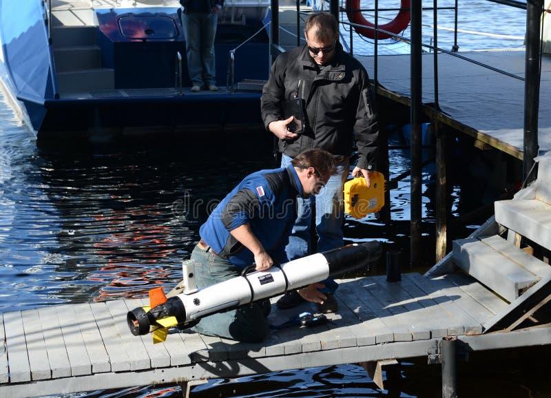 Les scientifiques marins lancent les véhicules téléguidés sous-marins autonomes photo stock