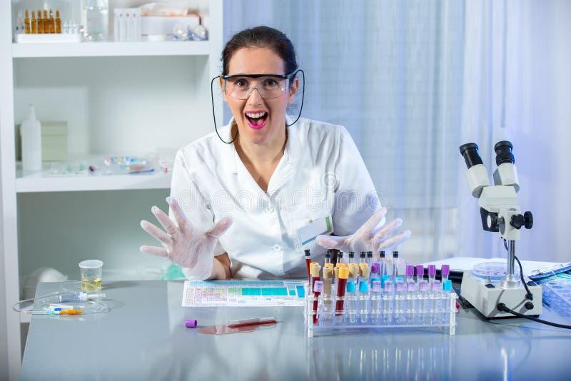 Les scientifiques ont renversé le tube à essai avec le sang infecté images stock