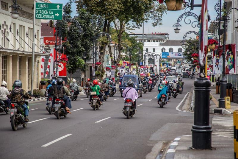 Les scooters trafiquent au centre de Semarang, Java occidental, Indonésie Octobre 2018 images stock