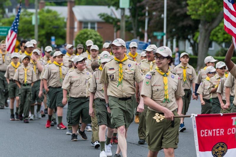 Les scouts de garçons en uniforme des membres des Etats-Unis marchent dans la formation photographie stock libre de droits